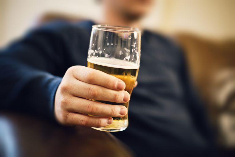 """La imagen muestra una bebida alcohólica.  alcohólica """"alcohólico"""" – визначення Прикметник 1 Que es adicto al alcohol o padece alcoholismo. 2 Que contiene alcohol. bebida alcohólica . 3 Que está relacionado con el alcohol o está provocado por este líquido. grado alcohólico; intoxicación alcohólica; delirio alcohólico . """"alcohólico"""" – синоніми Іменник borracho ebrio Дивіться також alcohólico"""